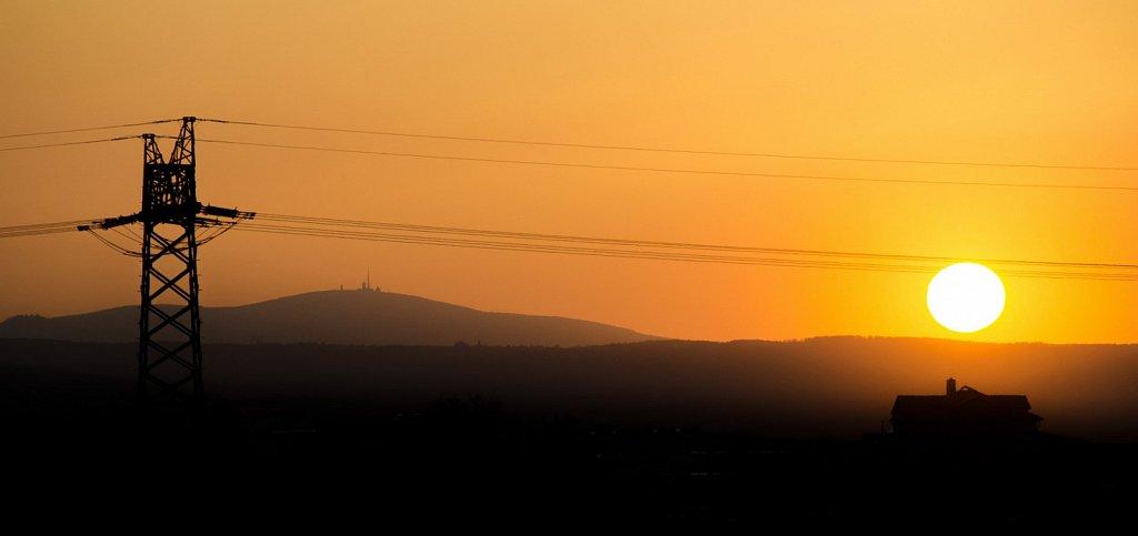 Sonnenuntergang unter Hochspannung bei Gernrode am Harz.